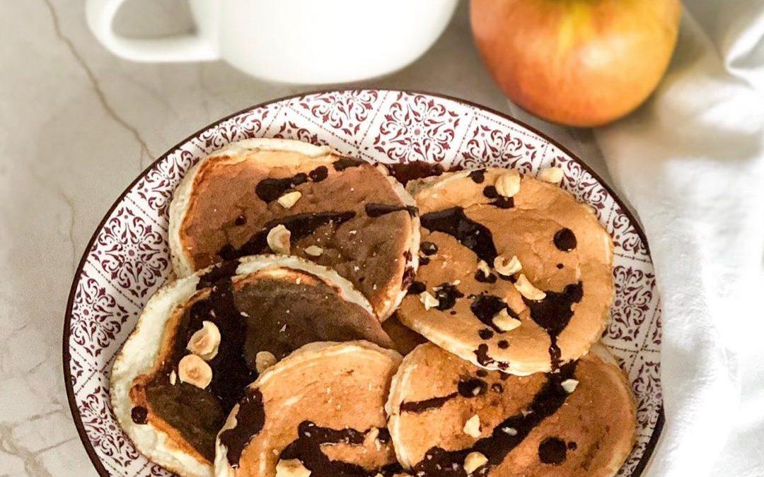 Tortitas con sirope de cacao y avellanas + manzana