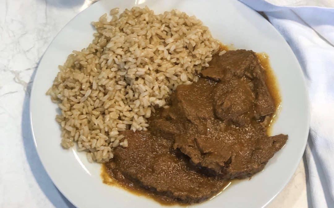 Redondo de ternera en salsa con arroz integral.