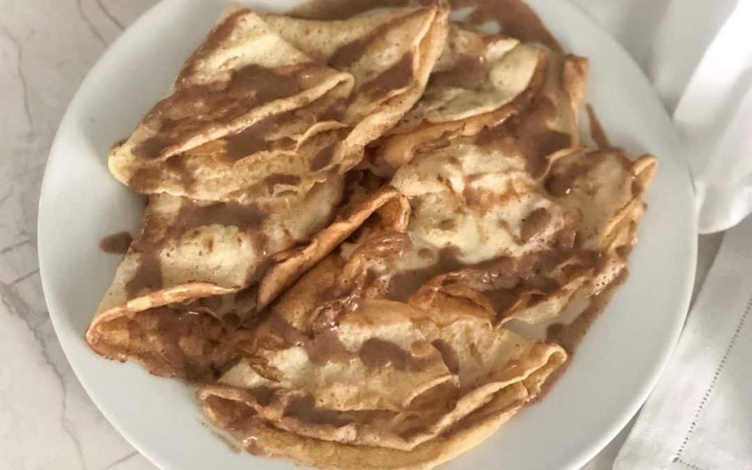 Crepes de vainilla con crema de cacahuete.