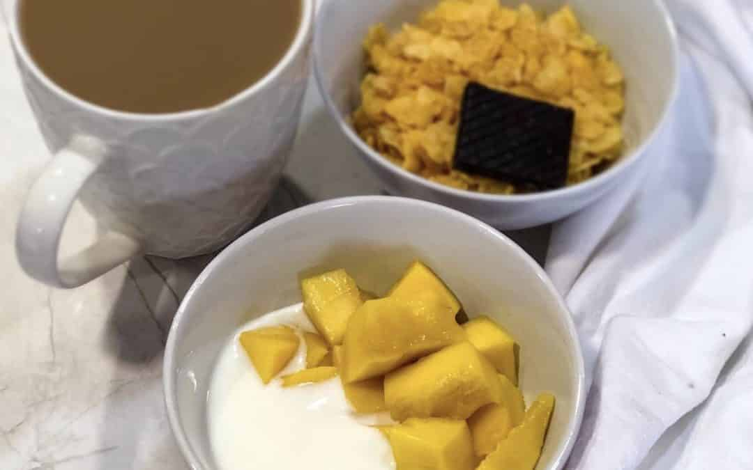 Queso fresco batido con mango y cereales de maíz.