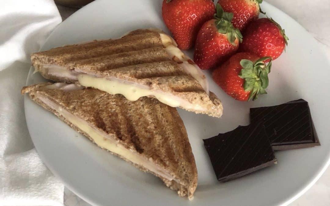 Sándwich de pan integral con pavo y queso de Cabra.