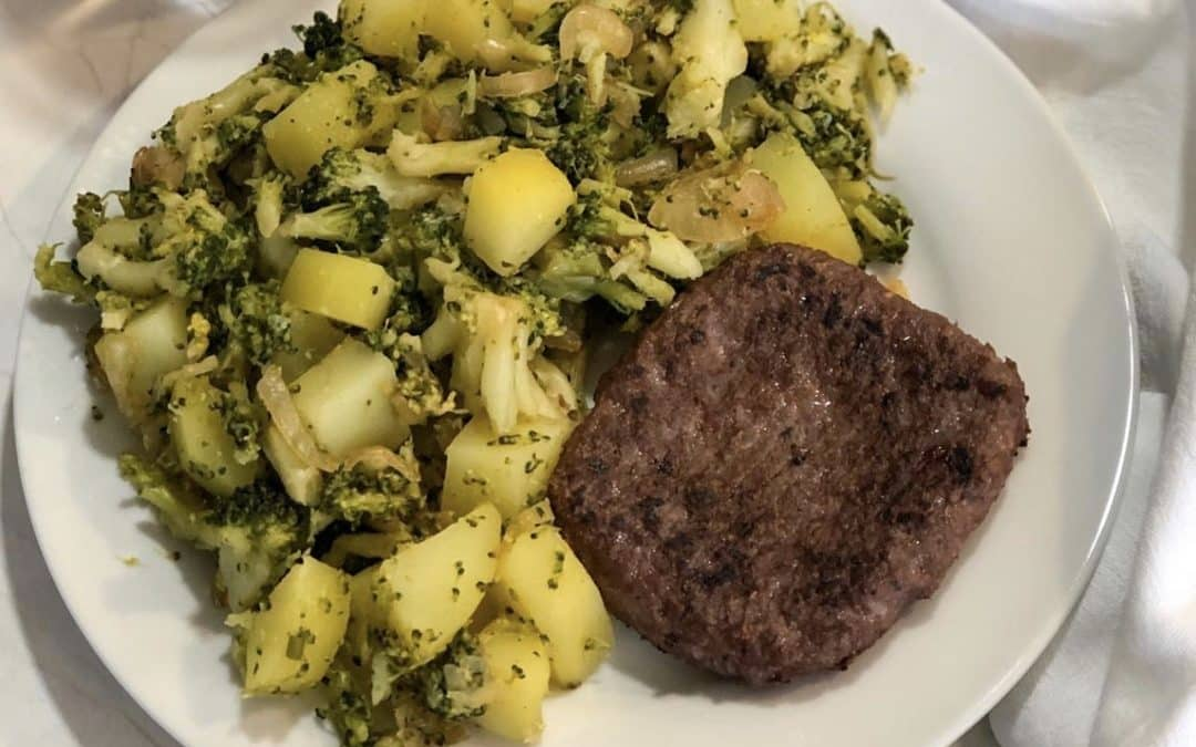 Hamburguesa de ternera con brócoli y patata.