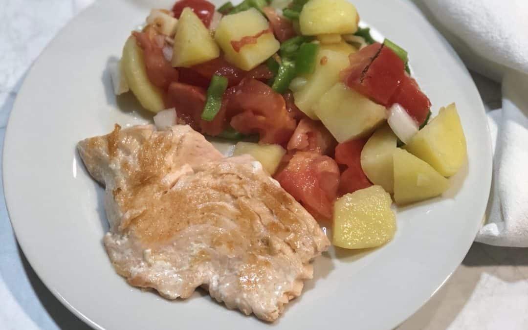 Salmón a la plancha con ensalada de patata.