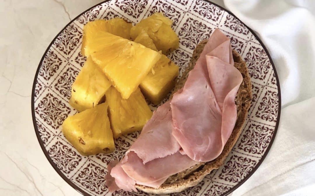 Tostadas de pan integral con jamón cocido y aceite de oliva + piña.