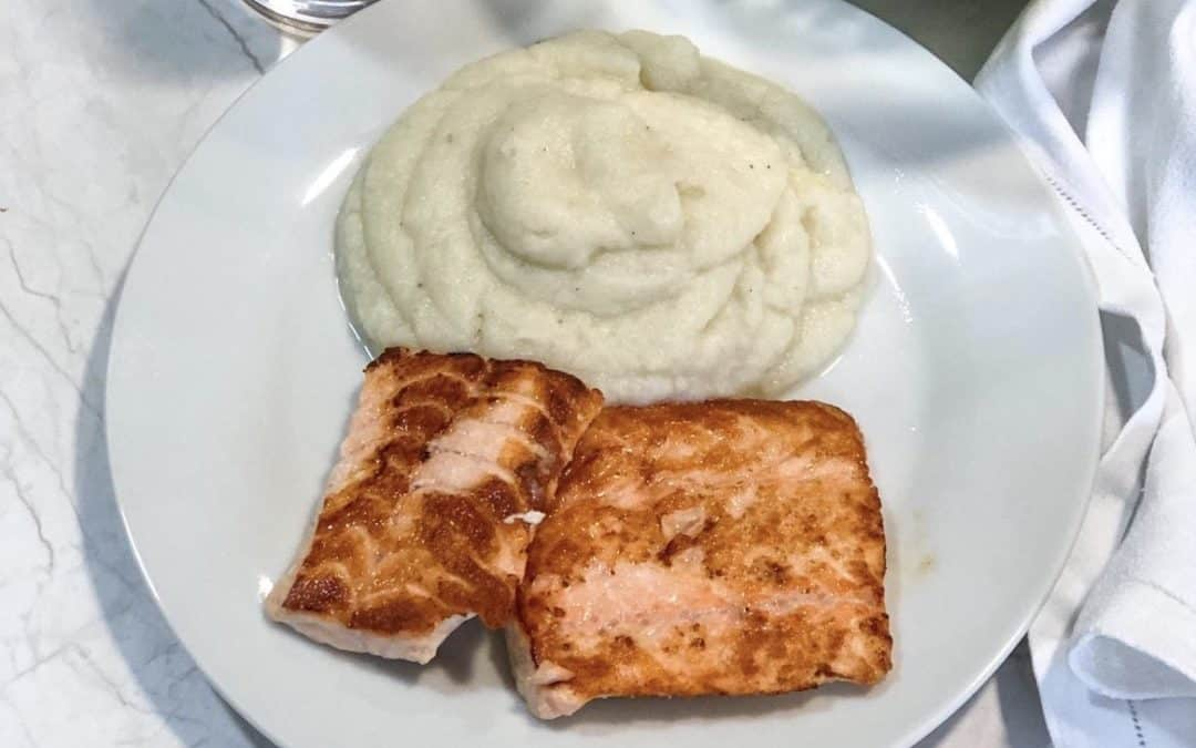Salmón a la plancha con pure de patata y coliflor.